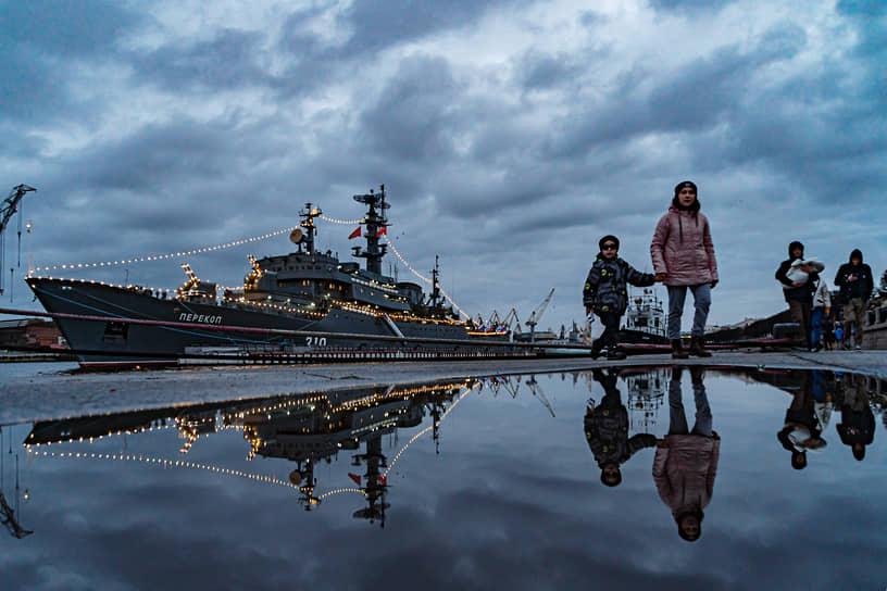 """Учебный корабль """"Перекоп"""" военно-морского флота России, украшенный ночными огнями, на Набережной Лейтенанта Шмидта"""
