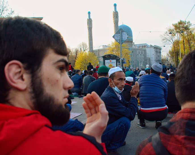 Мусульманский праздник Ураза-Байрам. Верующие во время намаза у Санкт-Петербургской соборной мечети