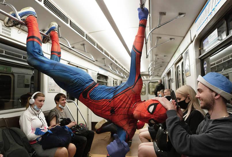 Представление акробатов в костюмах Человека-паука - за пожертвования, в вагоне Петербургского метрополитена