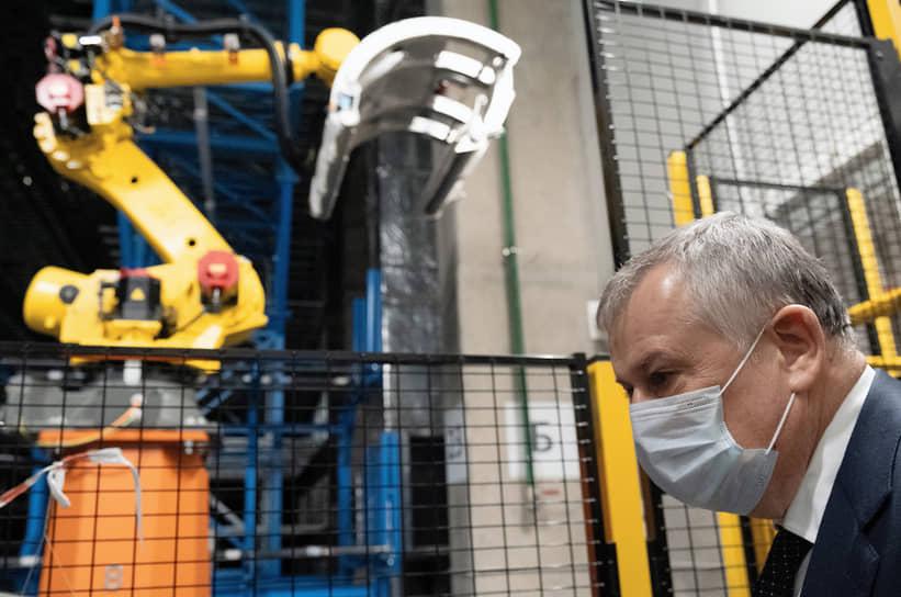 Губернатор Ленинградской области Александр Дрозденко на складе готовой продукции завода по производству шин Nokian Tyres