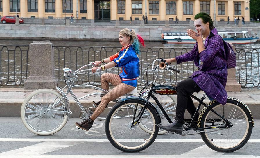 """Велосипедисты в костюмах героев из фильма """"Отряд самоубийц"""" (Харли Квин и Джокер) на набережной реки Фонтанки"""