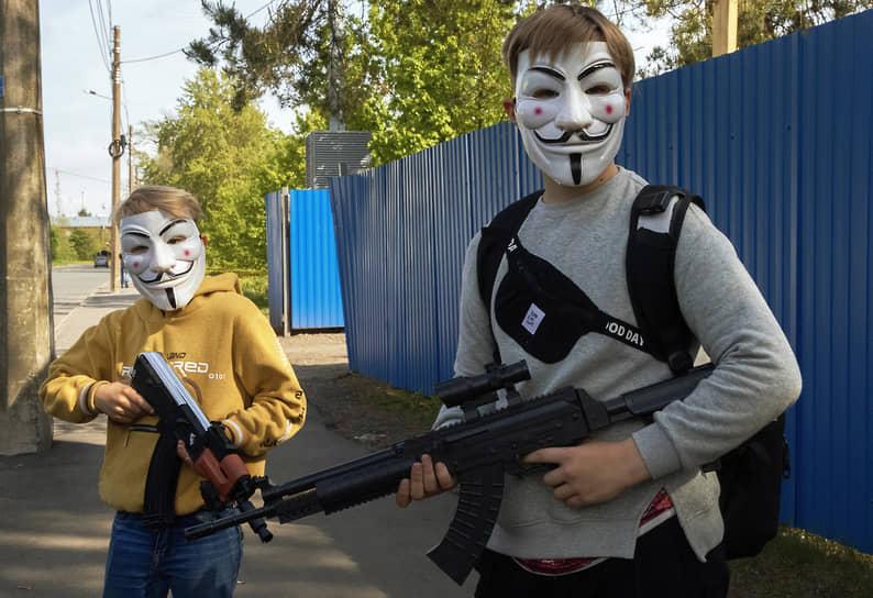 """Дети в масках позируют с игрушечным оружием в парке """"Остров Фортов"""" в Кронштадте"""