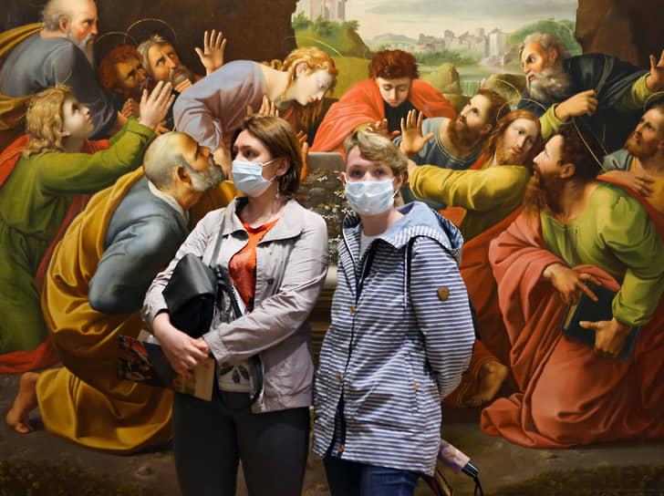 Посетители в академии Художеств имени Репина во время акции «Ночь музеев»