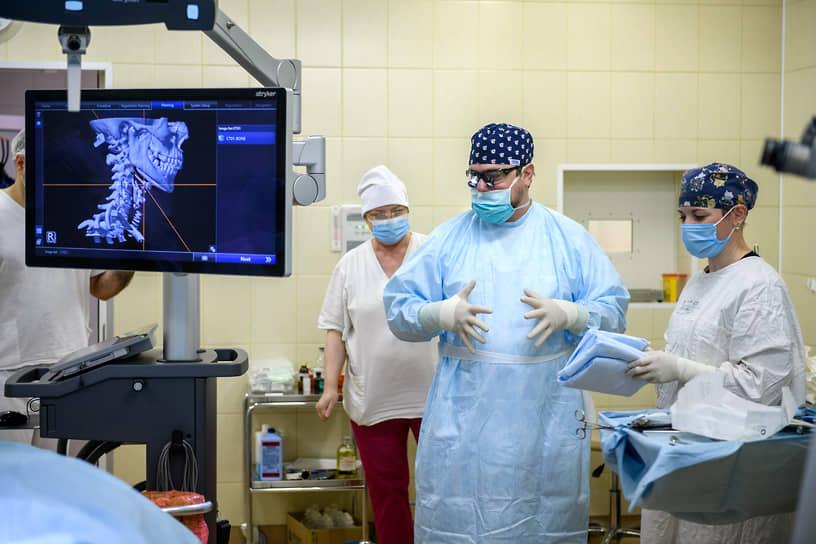 Директор Санкт-Петербургского НИИ Скорой помощи имени И.И. Джанелидзе Вадим Мануковский (в центре) во время операции