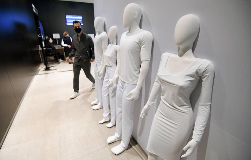 XXIV Петербургский международный экономический форум (ПМЭФ) 2021. Манекены в белых одеждах в холле центра