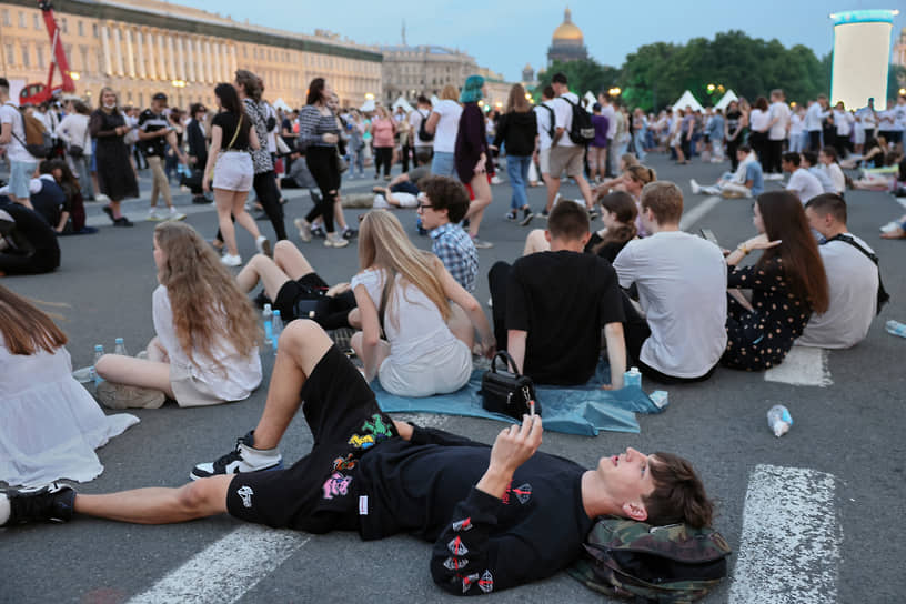 Выпускники во время праздника на Дворцовой площади