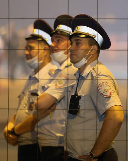 Сотрудники полиции во время праздника в центре города