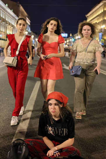Выпускники во время праздника в центре города