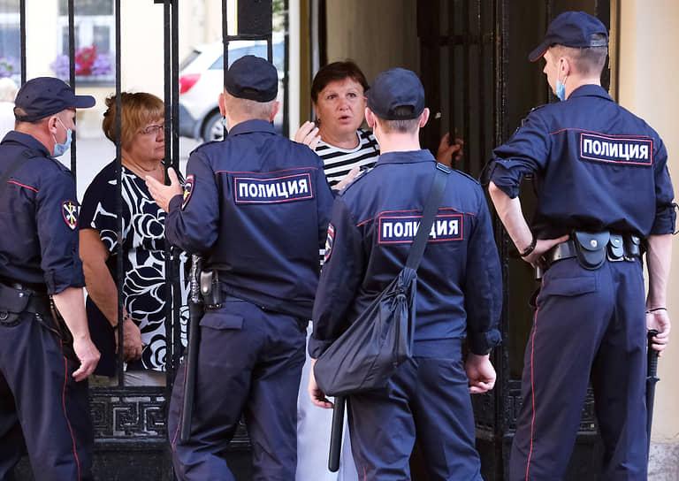 Сотрудники полиции не пропускают взрослых граждан на Невский проспект