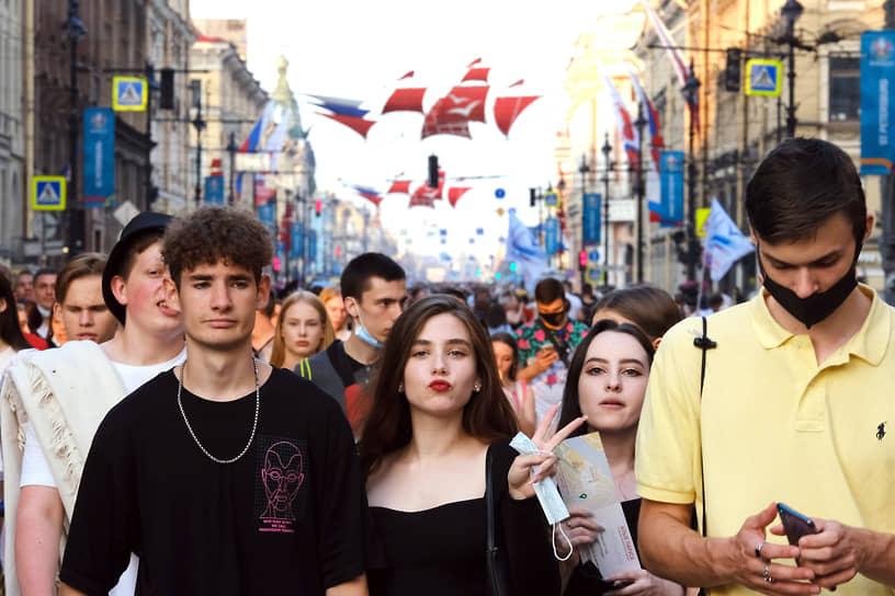 Выпускники идут по Невскому проспекту к Дворцовой площади, где состоится концерт