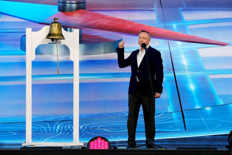 Губернатор Санкт-Петербурга Александр Беглов во время поздравления выпускников на сцене Дворцовой площади