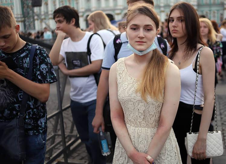 Выпускники во время праздничного концерта на Дворцовой площади