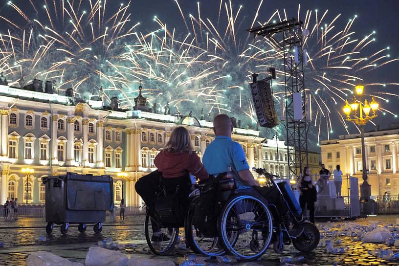Люди с ограниченными возможностями на дворцовой площади после праздничного концерта