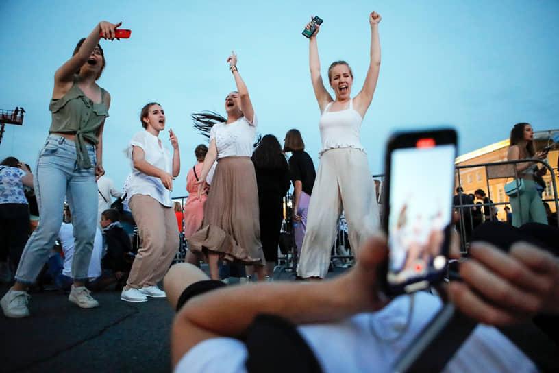 Выпускники на Дворцовой площади во время праздничного концерта