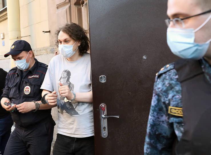 Блогер Юрий Хованский (в центре), обвиняемый в оправдании терроризма, после окончания заседания суда