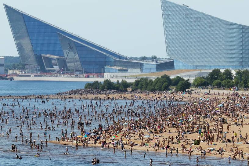 Отдыхающие на переполненном пляже Парка 300 летия Санкт-Петербурга