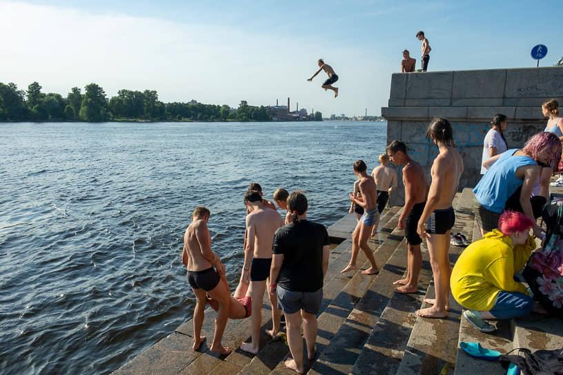 Подростки прыгают в реку Неву с набережной во время жары