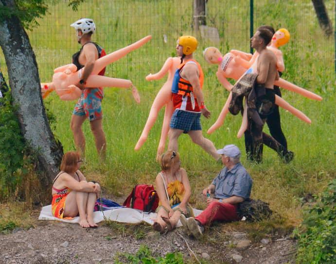 Участники заплыва на резиновых надувных женщинах Bubble Baba Challendge на реке Вуокса перед стартом