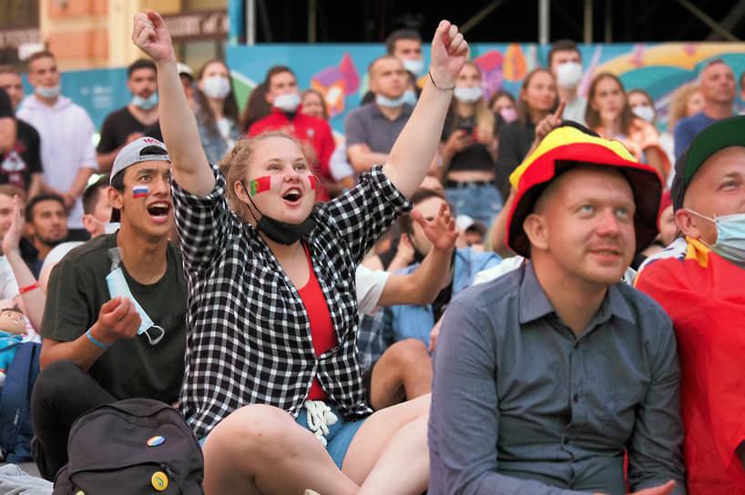 Зона для просмотра матчей на Конюшенной площади. Болельщики во время матча между сборными Бельгии и Португалии
