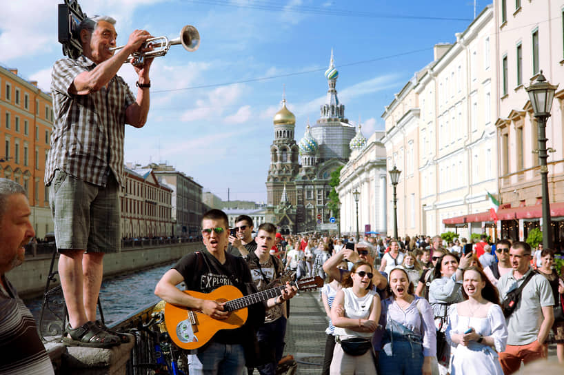 Уличный музыкант во время выступления на канале Грибоедова