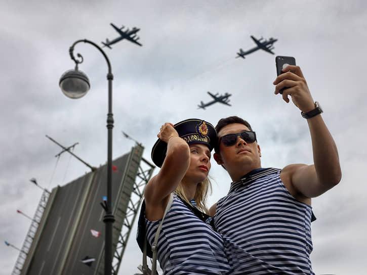 День Военно-морского флота (ВМФ). Пролет авиации во время парада