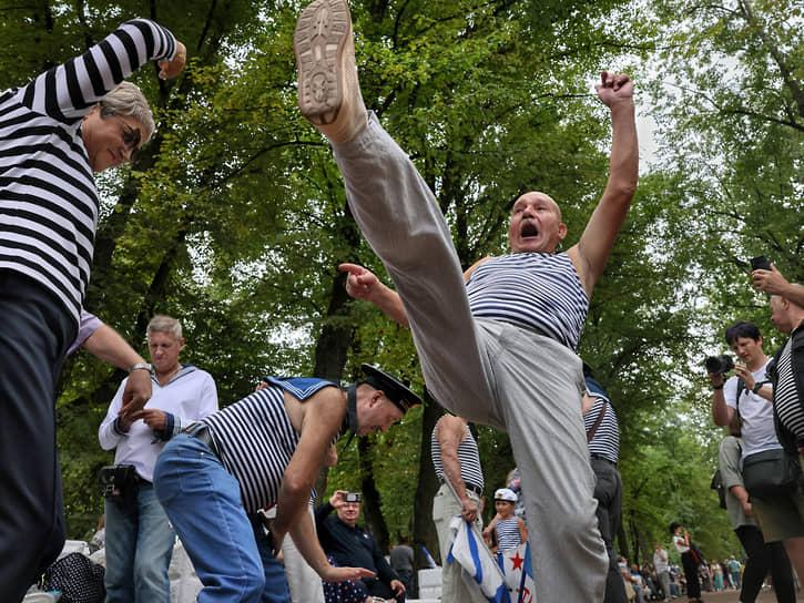 День Военно-морского флота (ВМФ). Народные гуляния в центре Санкт-Петербурга