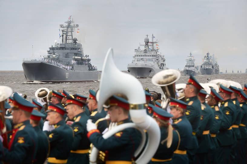 Военно-морской парад в честь Дня Военно-морского флота России. Военные корабли во время парада в Кронштадте