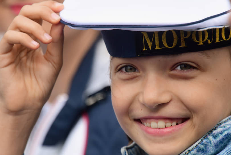 Девочка позирует фотографу во время парада в честь Дня Военно-морского флота России в Кронштадте