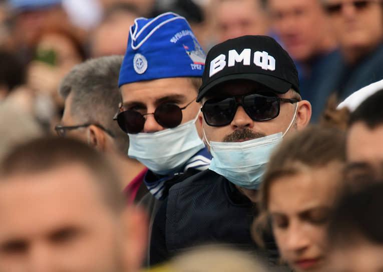 Зрители во время парада в честь Дня Военно-морского флота России в Кронштадте