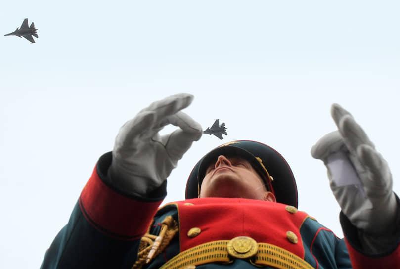 Дирижер военного оркестра во время воздушной части парада в честь Дня Военно-морского флота (ВМФ) России в Кронштадте