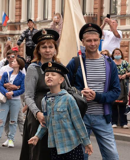 Народные гуляния в честь Дня Военно-морского флота России в центре Санкт-Петербурга