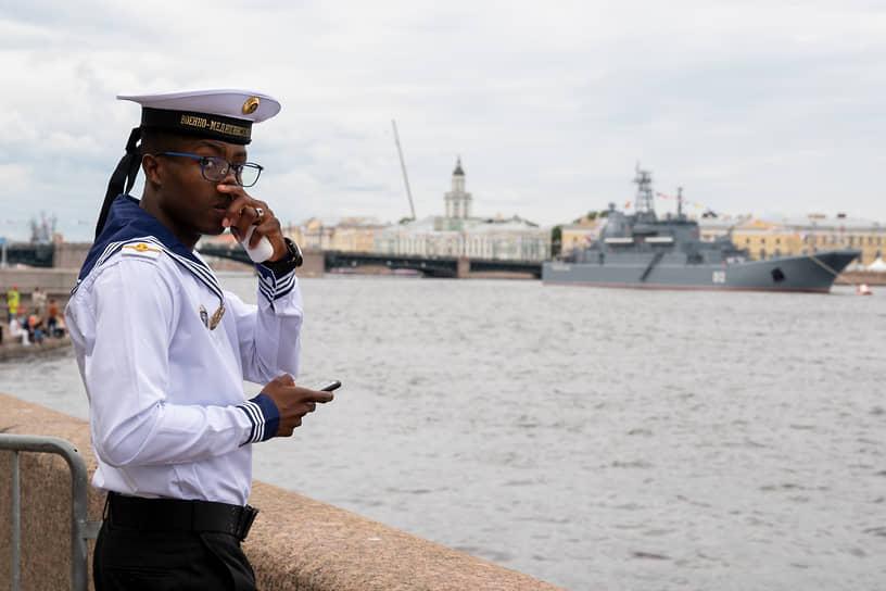 Празднование Дня Военно-морского флота (ВМФ) России. Иностранный курсант Военно-медицинской академии на Дворцовой набережной
