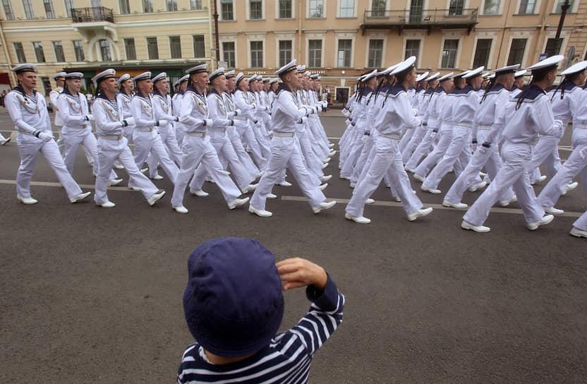 Празднование Дня Военно-морского флота (ВМФ) России. Военные моряки идут строем в центре Санкт-Петербурга
