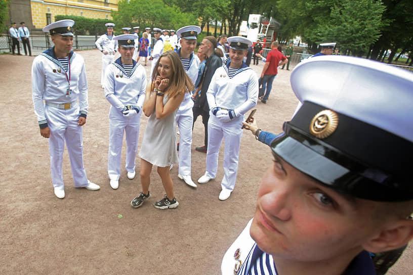 Празднование Дня Военно-морского флота (ВМФ) России. Народные гуляния в центре Санкт-Петербурга
