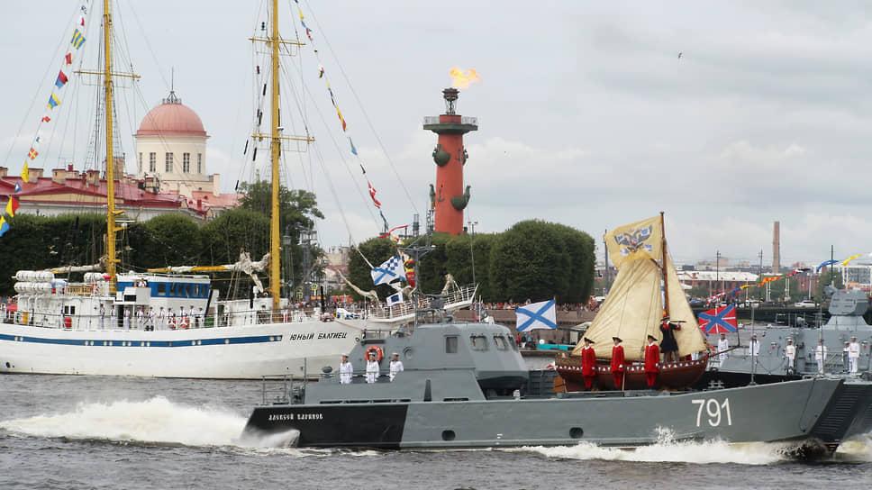 Главный Военно-морской парад в честь Дня Военно-морского флота России в акватории Невы