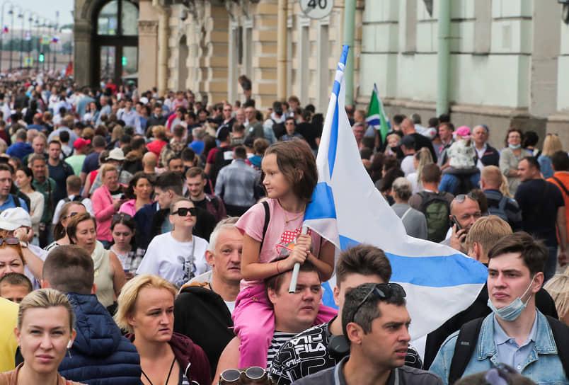 Зрители на Дворцовой набережной во время парада в честь Дня Военно-морского флота России в акватории Невы