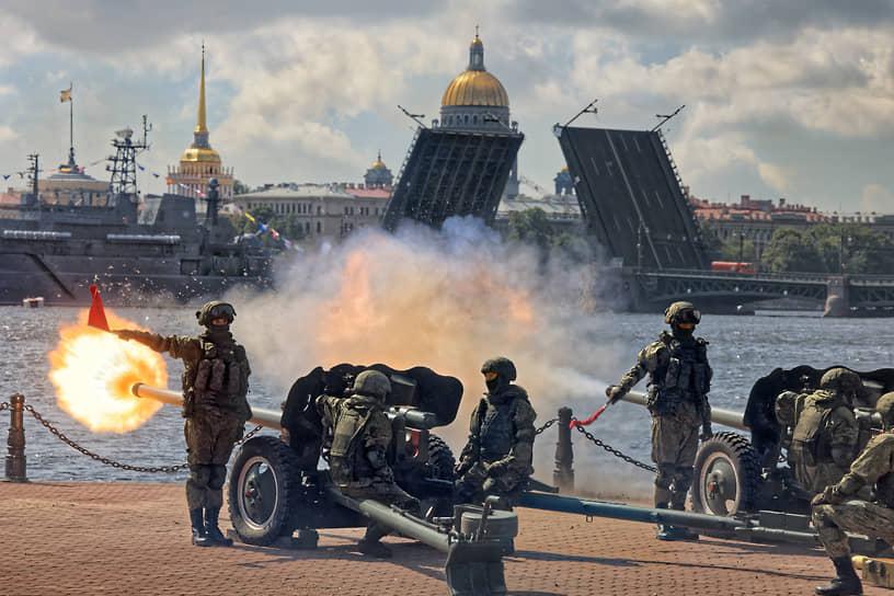 Залпы военных орудий во время репетиции военно-морского парада в честь Дня Военно-морского Флота России в акватории реки Невы