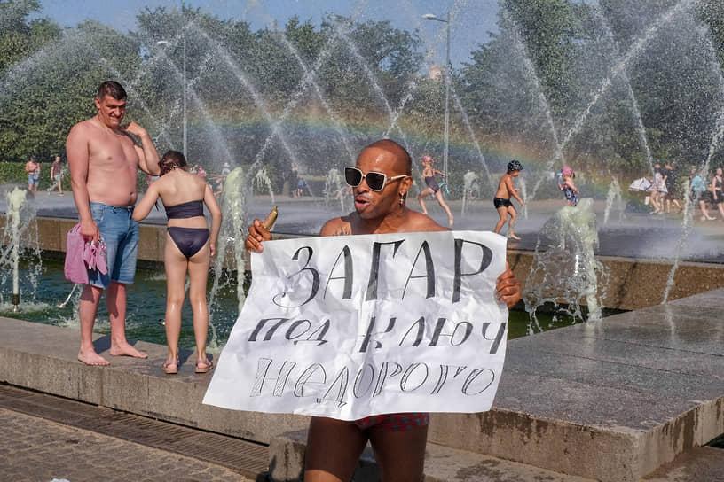 Жители купаются в фонтане Парка 300-летия Санкт-Петербурга