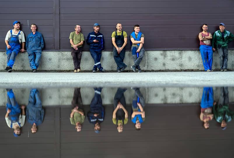 """Рабочие судостроительного завода """"Пелла"""" наблюдают за учениями областных пожарных на судне """"Скорпион"""""""