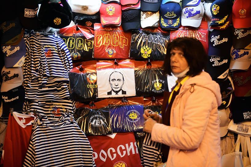 Продавщица сувениров в подземном переходе