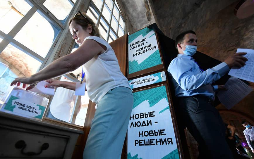 Собрание Санкт-петербургского регионального отделения партии «Новые люди в пространстве Temple Of Deer.  Члены партии во время голосования