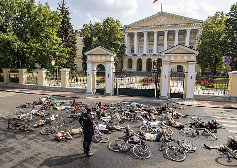 Акция Петербургских велосипедистов перед зданием администрации Санкт-Петербурга в память о погибшем под колесами автомобиля 27 июня Эдуарде Шалухове