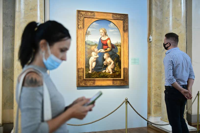 """Выставка одной картины в Аполлоновом зале Государственного Эрмитажа. Картина """"Мадонна с Младенцем и Иоанном Крестителем"""" из Лувра, известный под названием """"Прекрасная Садовница"""""""