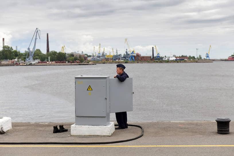 Военный моряк во время ремонта электрического оборудования пирса в Кронштадте