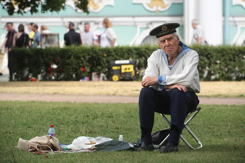 День Военно-морского флота (ВМФ). Жанровая фотография. Пожилой мужчина в военно-морской форме в центре города