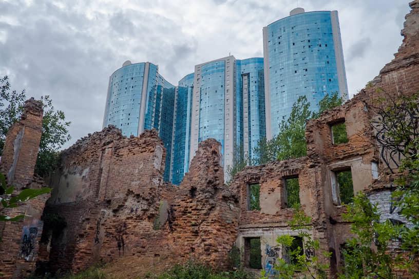 Руины дома Зотовых на фоне современных зданий в Рыбацком