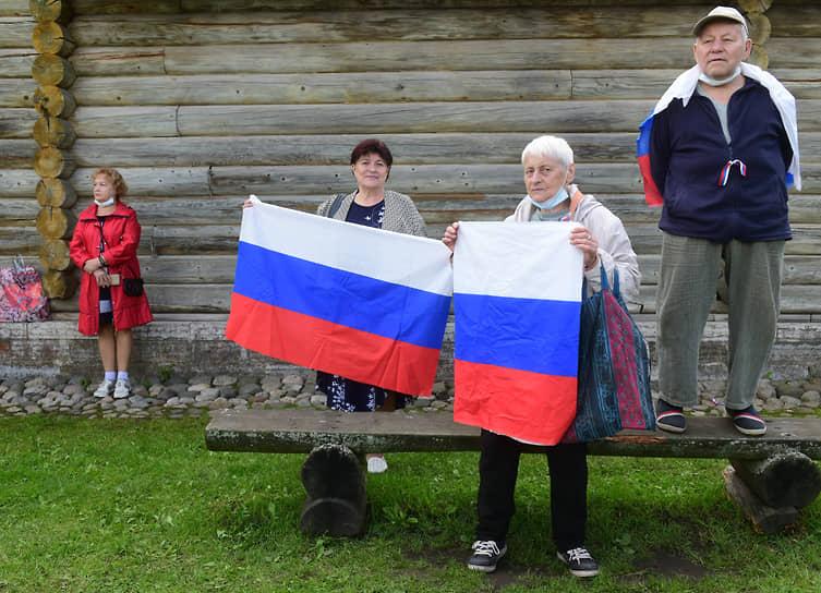 Празднование Дня Государственного флага России в Старой Ладоге. Участники праздника в Староладожской крепости