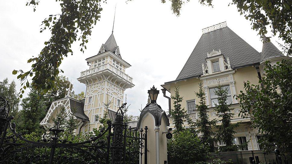 Особняк графини Клейнмихель на наб. реки Крестовки, 12, — памятник архитектуры эпохи романтизма. Он находится в частном владении. До 2007 года его стены были светло-бирюзового цвета, нынешний желтовато-кремовый цвет — «исторический»