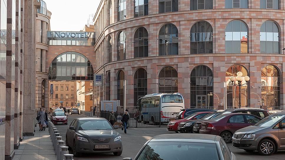 Здание гостиничного комплекса «Novotel Санкт-Петербург Центр» напоминает римский Колизей и является частью масштабного проекта 2002 года по реконструкции 130-го квартала Центрального района, расположенного в охранной зоне КГИОП. Проект реконструкции осуществила Архитектурная мастерская Мамошина