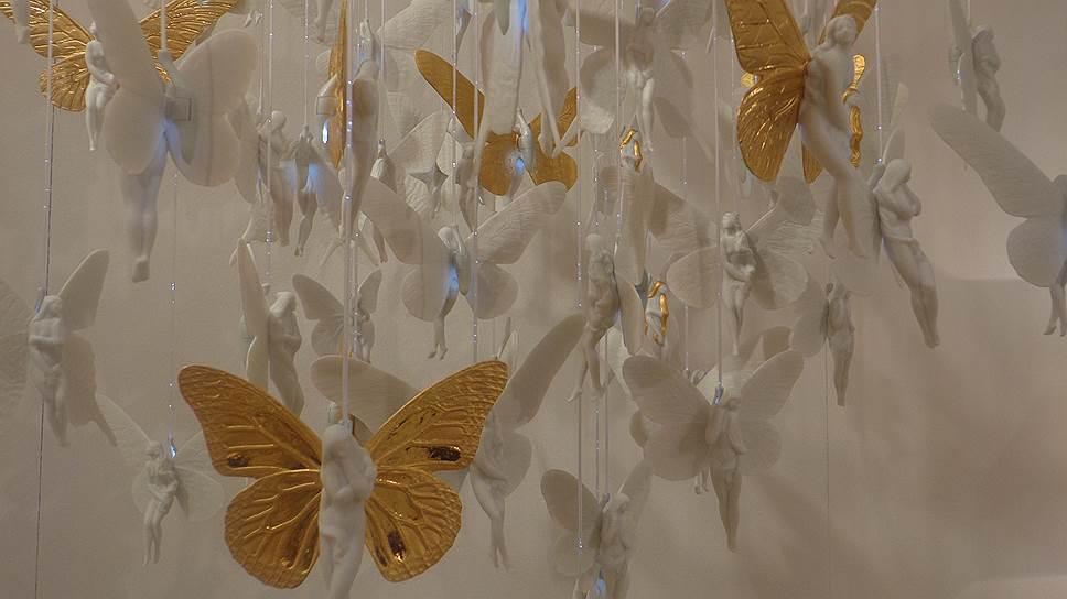 Оригинальный светильник с золотокрылыми эльфами выглядит сказочно и невесомо